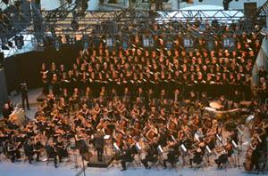 Les choristes du Grand Chœur de Spirito et le jeune Orchestre Européen Hector Berlioz sur la scène du Théâtre Antique de Vienne